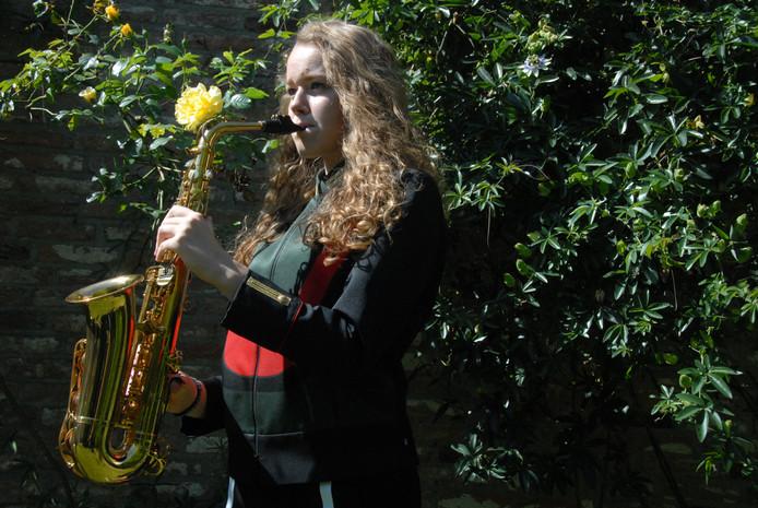 Maureen van den Dungen verruilt tijdens de 'Challenge' haar altsax een aantal dagen voor de snaredrums, met als doel haar muzikale horizon te verbreden.