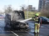 Uitgebrande auto wordt geblust op het Traianusplein in Nijmegen