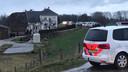 De politie is massaal uitgerukt voor een inval aan de Hoenzadrielsedijk.