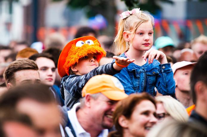 Oranjefans kijken live Portugal-Nederland op groot scherm in Oud-Beijerland.