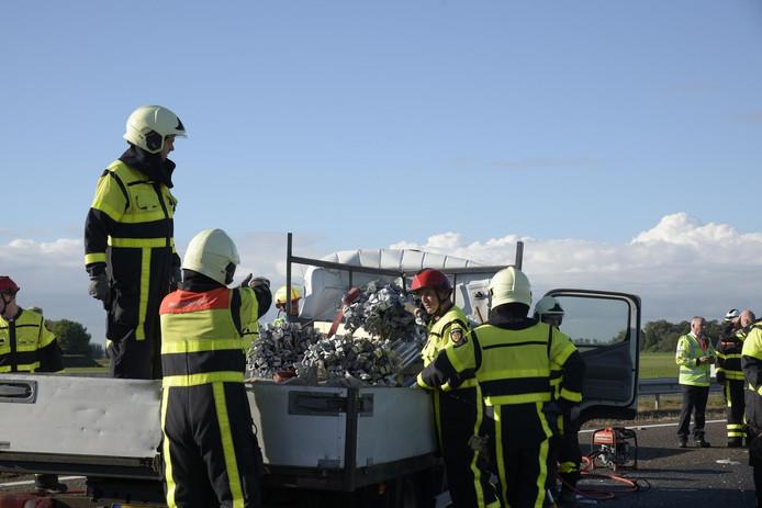 De steigerpijpen kwamen terecht in de cabine van een bestelbus op de A59 bij Terheijden.