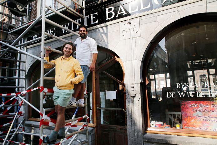 De Kaasbar van Omar Waseq en Alwin Beumer (achter) in het voormalige pand van de Witte Ballons op de Lijnmarkt staat nu nog in de steigers.