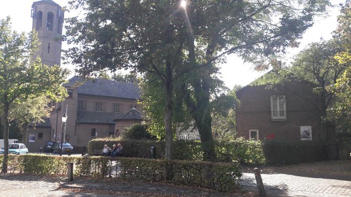 In de kerk en de pastorie (rechts) komen appartementen.