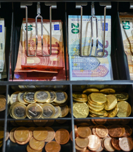 Kassameisje (20) uit Enschede geeft 'intimiderende klant' 23.000 euro