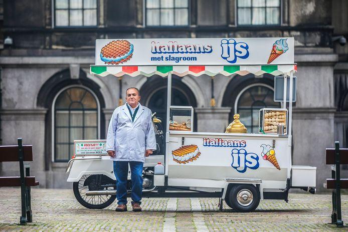 IJscoman Moes moet vanwege nieuwe milieuregels van de gemeente Den Haag regels zijn oude ijskar ombouwen of vervangen.
