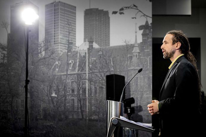 Willem Engel, voorman van actiegroep Viruswaarheid, tijdens een persconferentie in Nieuwspoort. Engel wil de Tweede Kamer in.