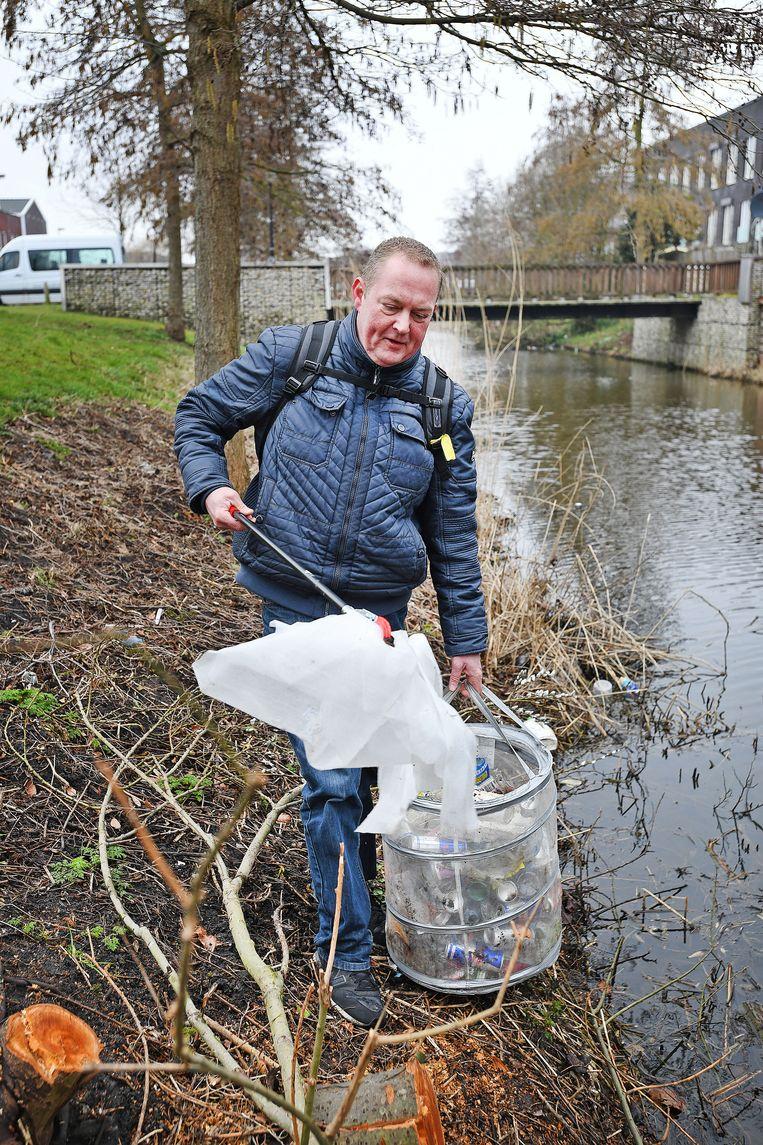 'Zwerfinator' Dirk Groot aan het werk in Osdorp. Foto Guus Dubbelman / de Volkskrant Beeld