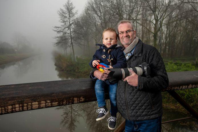 Natuurfotograaf Rob Rokven draagt zijn passie over op kleinzoon Sam.