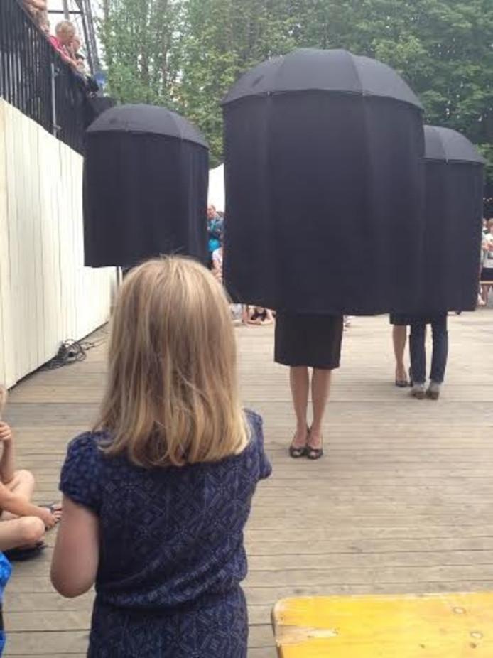 Straattheater op de Parade. Hier de zwarte paraplu's van Cie La Pasante
