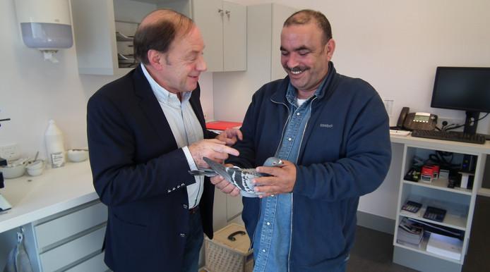 Archiefbeeld: een Koeweiti laat een duif onderzoeken door Henk de Weerd.
