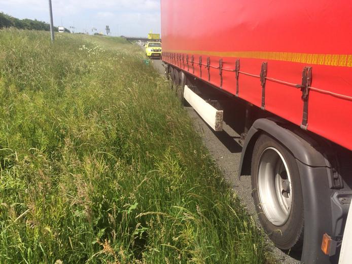 Op de vluchtstrook stilstaan is niet toegestaan. Weginspecteur Peter stuurde de chauffeur van deze vrachtwagen langs de A28 door naar een parkeerplaats.