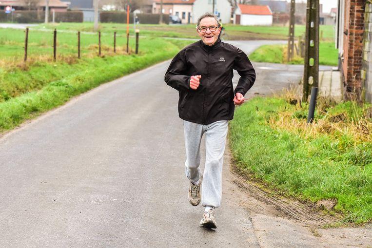 De 85-jarige Remi Vuylsteker is een fenomeen. Ook dit jaar nam de Wervikse ouderdomsdeken deel aan de Sylvesterjogging. Zelfs een slepende kwetsuur die Remi maandenlang parten speelde, weerhield hem niet om te starten in Geluwe.