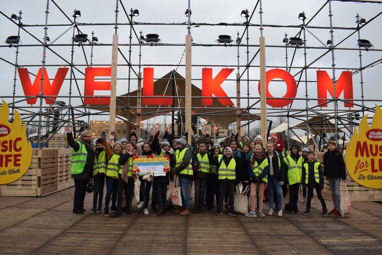 De scholieren van de stedelijke basisschool van Eksaarde aan de ingang van het Warmste Week-terrein
