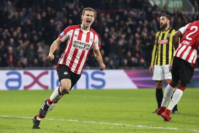 Daniel Schwaab viert zijn 1-1 tegen Vitesse.