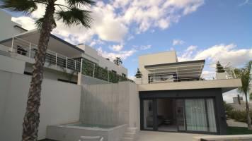 Villa met twee zwembaden en zicht op de bergen voor YouTuber