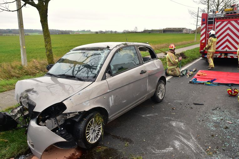 Nadat het slachtoffer was weggebracht naar het ziekenhuis, zetten de brandweerlui zijn gehavende wagen weer op de vier wielen.