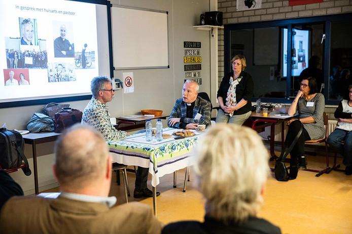 Huisarts Hans van den Hoogen en pastoor Pieter Scheepers uit Asten in gesprek