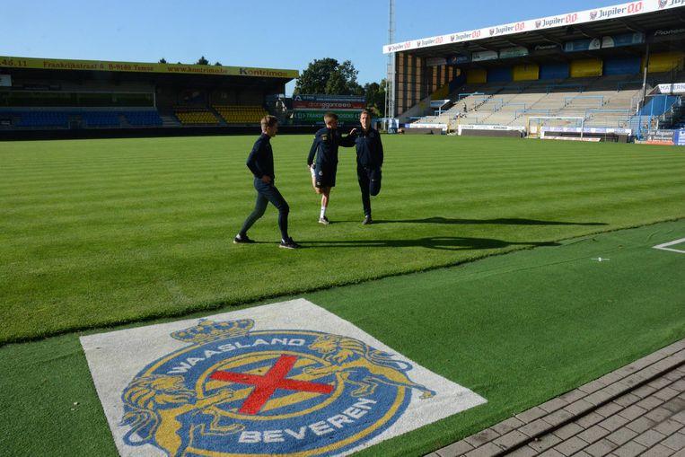 De regels voor voetbalvelden zijn dit seizoen een pak strenger geworden en bij een onvoldoende voor de grasmat riskeert de club hoge boetes.