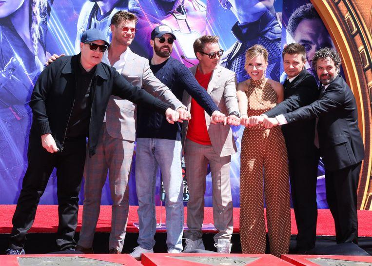 Kevin Feige, Chris Hemsworth, Chris Evans, Robert Downey Jr., Scarlett Johansson, Mark Ruffalo en Jeremy Renner brengen een bezoek aan de Marvel Studios.
