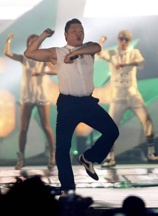 Le chanteur Psy en pleine chorégraphie