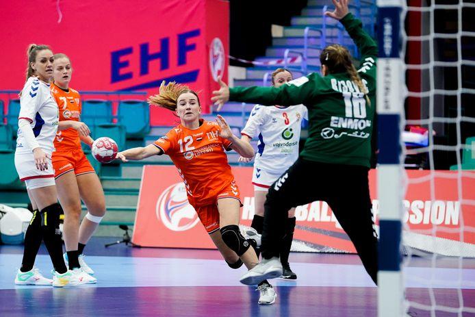 Bo van Wetering in actie namens de Nederlandse handbalsters.