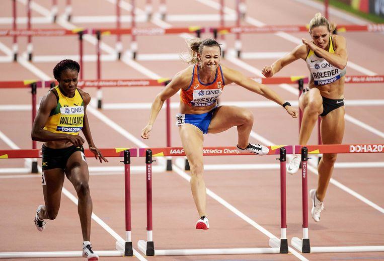 Nadine Visser tijdens de halve finale 100 meter horden op de wereldkampioenschappen atletiek in Qatar. Beeld ANP / Robin van Lonkhuijsen