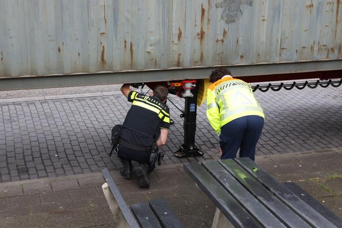 Politie bij de gestolen trailer bij Liempde.