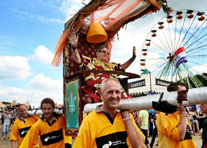 fc9b04f6b7e7fe Tante Rikie wordt in 2010 het festivalterrein opgedragen.
