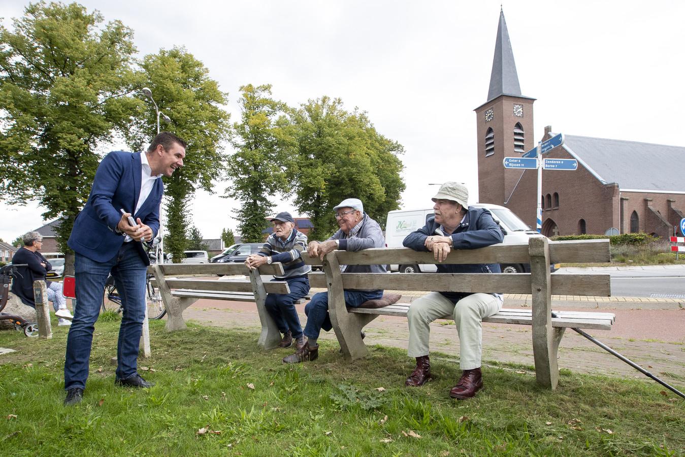 Aanbieden Seniorenboekje Bornerbroek. vlnr Wethouder Van Mierlo, Herman Extercate, Joopm van Rijn en Wim Peeze.