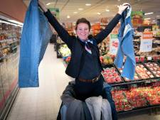 Inwoners Overbetuwe doneren massaal spijkerbroeken voor isolatie gemeentehuis