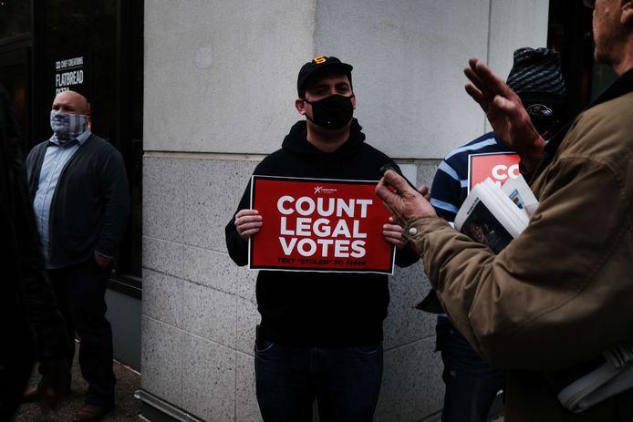 Trump-supporter die betoogt tegen de telling van vervalste stemmen in Pennsylvania