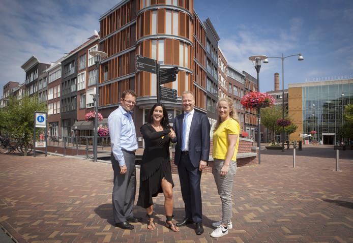 Linette Dijk (tweede van links) op de plek waar Thoomesplein en Stipplein samenkomen.