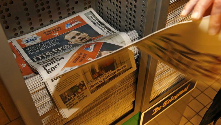 Dagblad Metro wordt dagelijks gratis verspreid in en om het openbaar vervoer. Beeld ANP