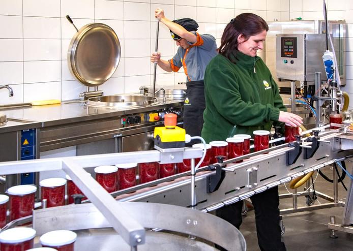 Judy Kerkhofs en een medewerker aan het werk in het nieuwe productielokaal van De Laarhoeve.