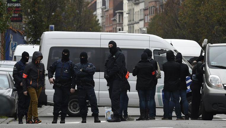 Arrestatieteam in de straten van Molenbeek Beeld AP