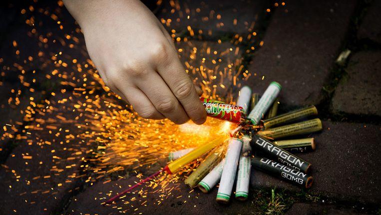 Een jongen steekt vuurwerk af Beeld anp