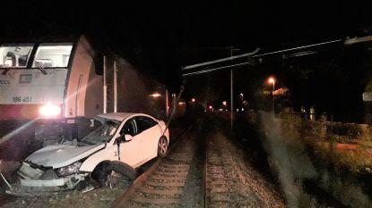 Dronken mannen weigerden uit gestrande auto op spoorweg te komen