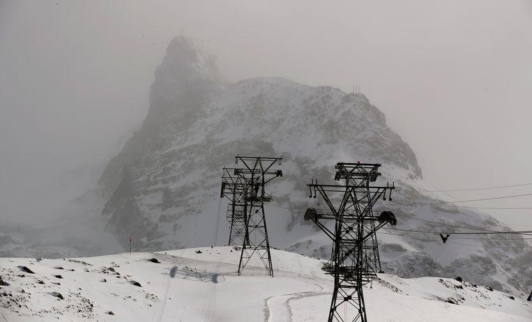 De berg Klein Matterhorn in de wolken. In die omgeving is de vermiste detailhandelaar voor het laatst door een camera gezien. Beeld Arnd Wiegmann / Reuters