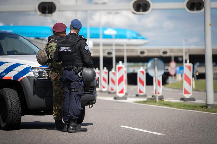 Millitairen en marechausee bij extra controles op luchthaven Schiphol, waar sinds enige tijd verscherpte veiligheidsmaatregelen gelden