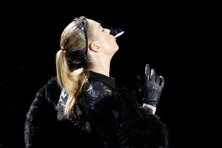 Kate Moss al rokend op de catwalk.