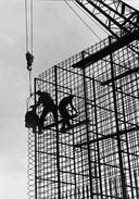 Als begenadigd fotograaf haalde Dick de voorpagina van het bedrijfsblad. Hier is de bouw van een brugpijler te zien.