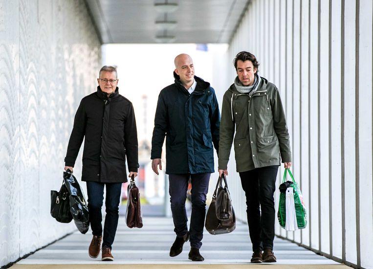 Advocaten Nico Meijering, Christian Flokstra en Juriaan de Vries komen aan bij de extra beveiligde rechtbank op Schiphol voor een zitting in het grote liquidatieproces Marengo. Beeld ANP