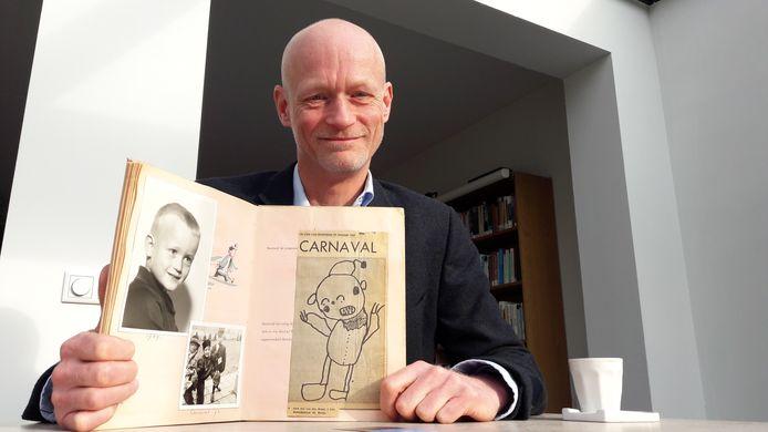 Gert-Jan van den Bemd uit Breda laat de tekening zien die hij als vierjarige maakte over carnaval en die destijds in dagblad De Stem stond.