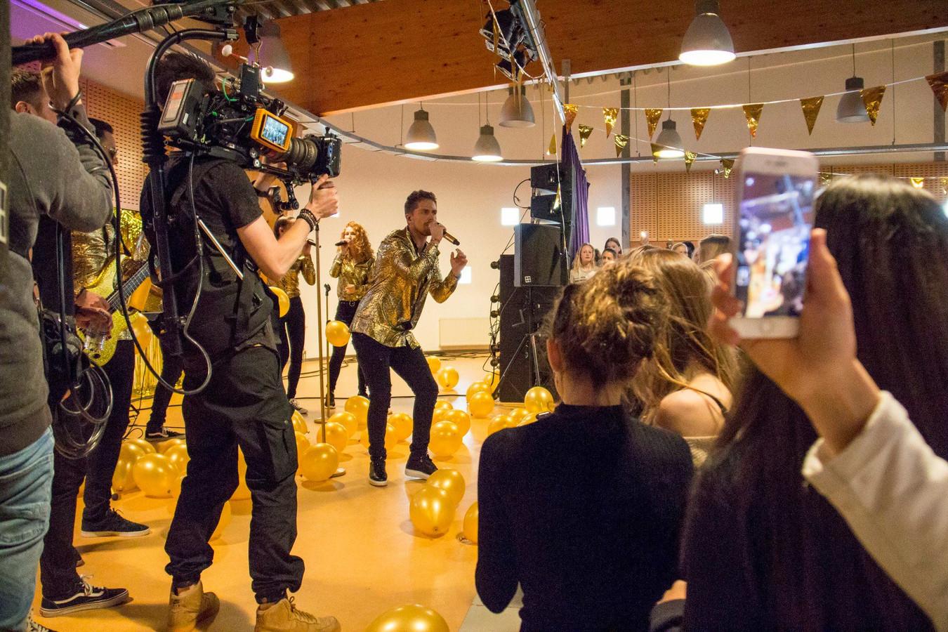 André Hazes (25) bezocht vandaag het Veenlanden College in Vinkeveen in het kader van zijn promotietour voor zijn optreden in Ahoy.