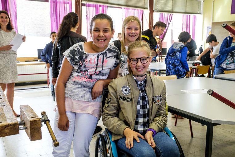 Jade zit bijna de hele tijd in een rolstoel, maar mag rekenen op de hulp van de juf en haar klasgenootjes.