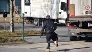 Transmigranten springen uit vrachtwagen