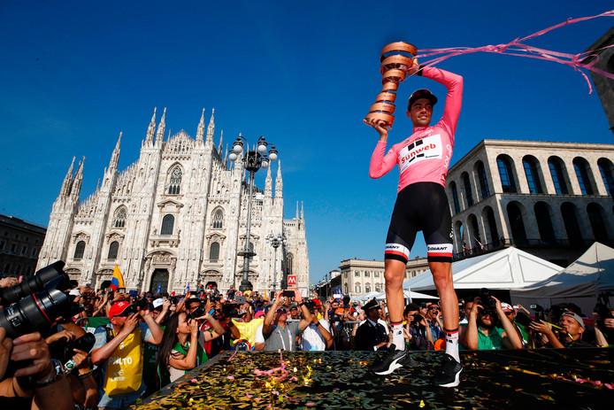 Tom Dumoulin met de trofee als eindwinnaar van de Giro