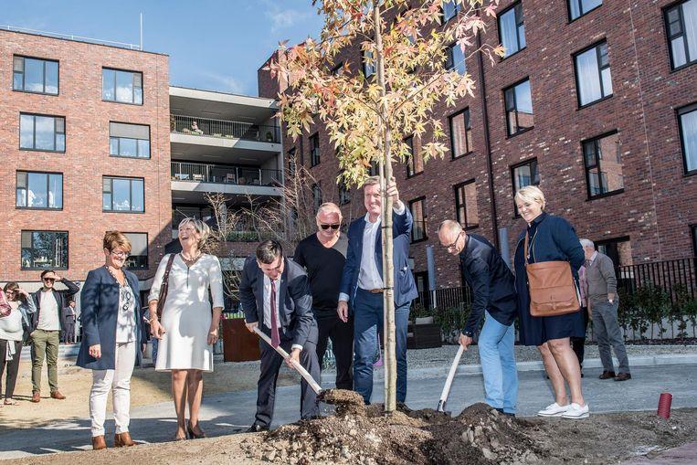 Burgemeester Kris Declercq (CD&V) en schepen Filiep Bouckenooghe (Groen) planten de boom.