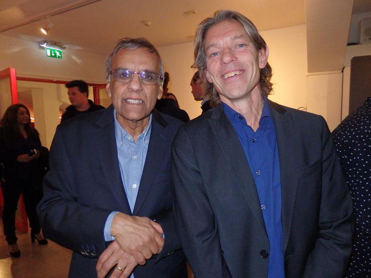 Diederik Samuel, samensteller van Suriprofs, van benefiet tot project (r), en bestuurslid Hamied Ahmadali Beeld Schuim