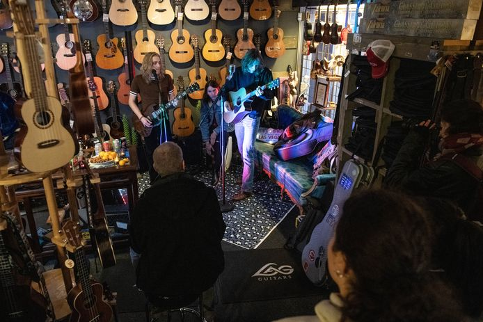 Vorig jaar speelde Tricklebolt tijdens de Popronde nog in de Enschedese gitaarwinkel Kaj's Guitarstore.